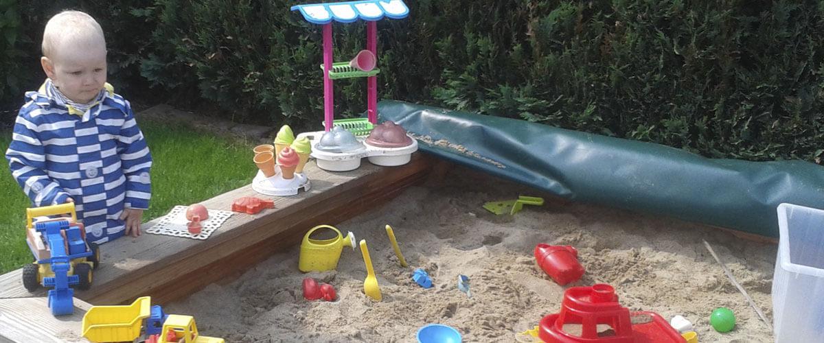 Sandkiste zum Spielen.